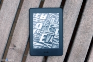 kindle-paperwhite-3-holztisch