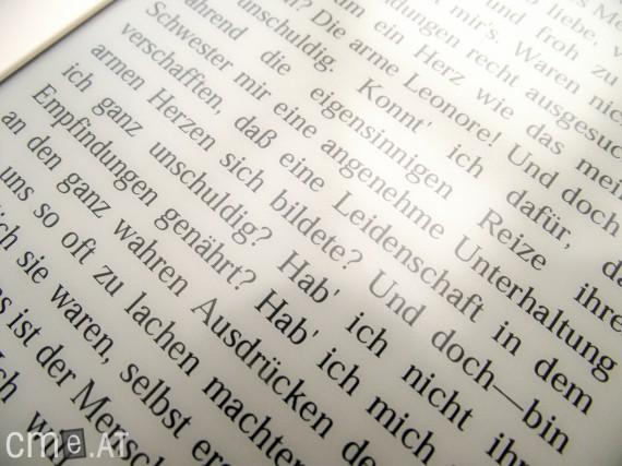 Die Schrift ist gestochen scharf. Mit bloßem Auge sind einzelne Pixel kaum zu erkennen.