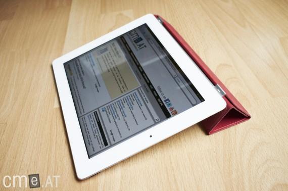 Das magnetische Smart-Cover schützt das iPad nicht nur sondern dient auch als stabile Stütze